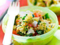 Salat aus Nudeln, Walnüssen und Zucchini