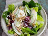 Salat mit Äpfeln, Sellerie und Trauben