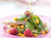 Salat mit Babyspinat, Hühnchen, Maiskörnern und Himbeeren
