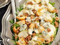 Salat mit Birne, Rucola, Nüssen und Gorgonzola