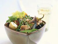 Salat mit Bohnen, Tomaten, Kartoffeln und Thunfisch