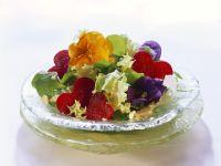 Salat mit Essblüten und Rote-Bete-Herzen