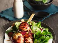 Salat mit gegrillten Feta-Speck-Spießen