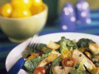 Salat mit Hähnchen und Brotwürfeln