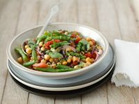 Salat mit Kichererbsen, Tomaten, Bohnen, Zwiebeln und Minze
