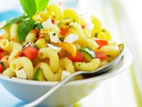 Salat mit Nudeln, Gemüse und Feta
