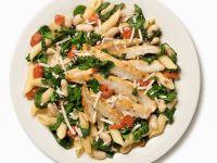 Salat mit Penne, Spinat und Hähnchenbrust