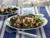 Salat mit Pilzen und gebratenem Hähnchen