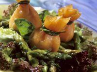 Salat mit Räucherlachs-Säckchen