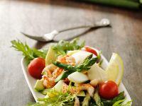 Salat mit Spargel, Flusskrebsen, Ei und Avocado