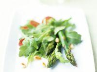 Salat mit Spargel, Pinienkernen und spanischer Wurst