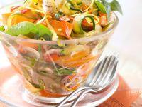 Salat mit Spinat, Zucchini- und Möhrenstreifen