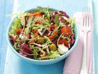 Salat mit Tomaten, Käse, Olvien und Paprika und Honigvinaigrette