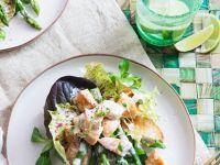 Salatteller mit Spargel, Lachs und Toast