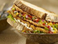 Sandwich mit Hähnchen und Gemüsesalsa