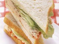 Sandwich mit Thunfisch, Tomaten und Salat