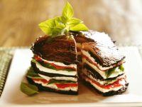 Sandwich ohne Brot - mit mehreren Lagen aus Portobello-Pilzen und Tomaten