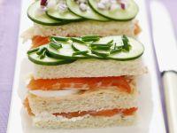 Sandwichs mit geräuchertem Lachs, Gurke und Eiern