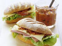 Sandwichs mit Schinken, Käse und Tomatenrelish