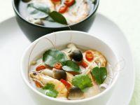 Sauer-scharfe Garnelensuppe auf Thai-Art