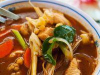 Sauer-scharfe Suppe mit Hähnchen und Gemüse