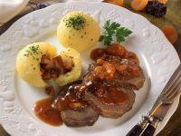 Sauerbraten mit Trockenobstsoße und Kartoffelklößen