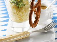 Sauerkraut mit Weißwurst und Brezel