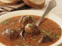 Scharfe Tomatensuppe mit Fleischklößchen