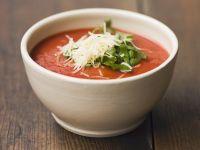 Scharfe Tomatensuppe mit Parmesan