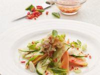 Scharfer Salat mit Gurke, Krabben, Papaya