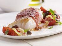Schinken-Kabeljau und Tomatensalat mit Oliven