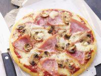 Schinken-Pizza mit Champignons