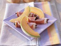Schinkenröllchen mit Oliven und Melone