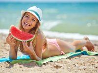 Frau am Strand mit Wassermelone