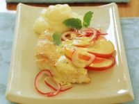 Schnitzel von der Pute mit Kartoffelpüree und Zwiebel-Apfel-Sauce