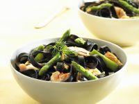 Schwarze Nudeln mit Lachs und grünem Spargel