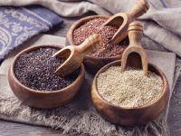 Holzschaufeln mit rotem, weißem und schwarzem Quinoa