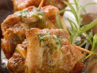 Schweinebauchrouladen mit Pesto rosso und Kräuteröl