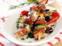 Schweinefleisch-Speckspieße mit Gemüse