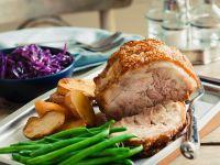 Schweinekrustenbraten mit Bohnen und Ofenkartoffeln