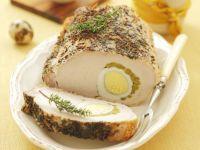 Schweinelende mit Ei und Erbsen gefüllt