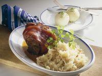 Schweinshaxen mit Kartoffelknödeln und Sauerkraut