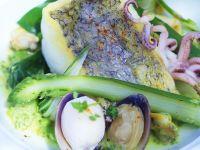 Seehechtfilet mit Muscheln und Spargel