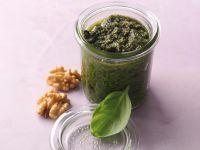 Selbstgemachtes Basilikum-Walnuss-Pesto