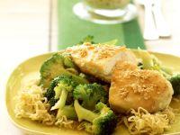 Sesam-Hähnchenbrust mit Brokkoli und Mie-Nudeln