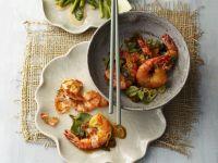 Shrimps mit Pak Choy und grünem Spargel