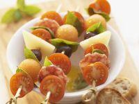 Snack-Spieße mit Tomaten, Käse, Wurst und Melone