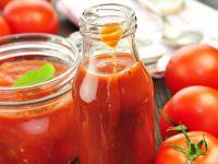 Tomatensuppe in Flasche und Glas