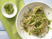 Spaghetti mit Bärlauch-Mandel-Pesto