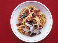 Spaghetti mit Oliven, Tomaten und Sardellen